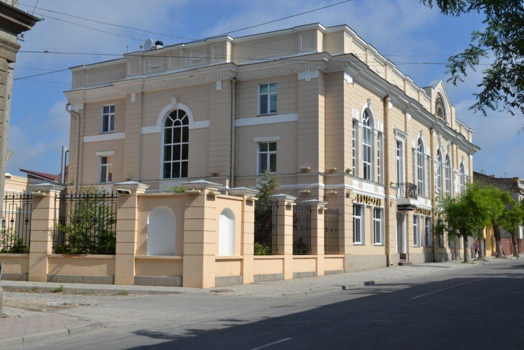 Готельний комплекс літ. «А», що знаходиться за адресою: АР Крим, м. Євпаторія, вул. Караєва, № 1, що належать АТ «БАНК «ФІНАНСИ ТА КРЕДИТ»