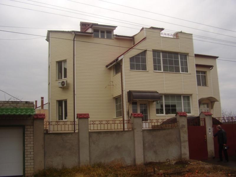 """Нерухоме майно та основні засоби, а саме: -житловий будинок загальною площею - 406,3 кв.м, житловою площею - 122,2 кв.м, що розташований за адресою:  Одеська область, Овідіопольський район, село Мізікевича, вулиця Григор`єва, житловий масив """"Чорноморка"""", будинок 22/16,  ДРПНМ 336683051237, інв.№2014/16; -земельна ділянка площею 0,05 га, з цільовим призначенням для будівництва і обслуговування житлового будинку, господарських будівель і споруд (присадибна ділянка), кадастровий номер 5123755800:02:005:0644, що розташована за адресою:  Одеська область, Овідіопольський район, село Мізікевича, вулиця Григор`єва, житловий масив """"Чорноморка"""", земельна ділянка 22/16, ДРПНМ 336685851237, інв.№2014/16; -телефонний апарат Cisco CP-7912G-A IP Phone, інв.№08349; -телефонний апарат Cisco CP-7912G-A IP Phone, інв.№08510; -IP Phone Cisco CP-6921-С-К9, інв.№м-06029; -IP Phone Cisco CP-6921-С-К9, інв.№м-05832. (передача  покупцю  основних засобів відбудеться не пізніше 17.12.2020, до настання вказаного строку АТ «БАНК «ФІНАНСИ ТА КРЕДИТ» користується зазначеним майном на безоплатній основі)."""
