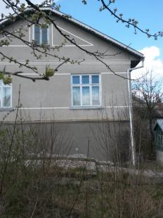 Нерухоме майно та основні засоби, а саме: -житловий будинок загальною площею 139,80 кв.м, житловою площею 60,1 кв.м, що розташований за адресою: Чернівецька область, Заставнівський район, місто Заставна, вулиця Севастопольська, будинок 28В; реєстраційний №1193954973215, інвентарний №3408100;- системний блок Impression, інв.№12926;- сканер Сanon 110, інв.№м-05526;- телефонний апарат Cisco CP-7912G-A IP Phone, інв.№08517;- телефонний апарат Cisco IP CP-7911G, інв.№12135